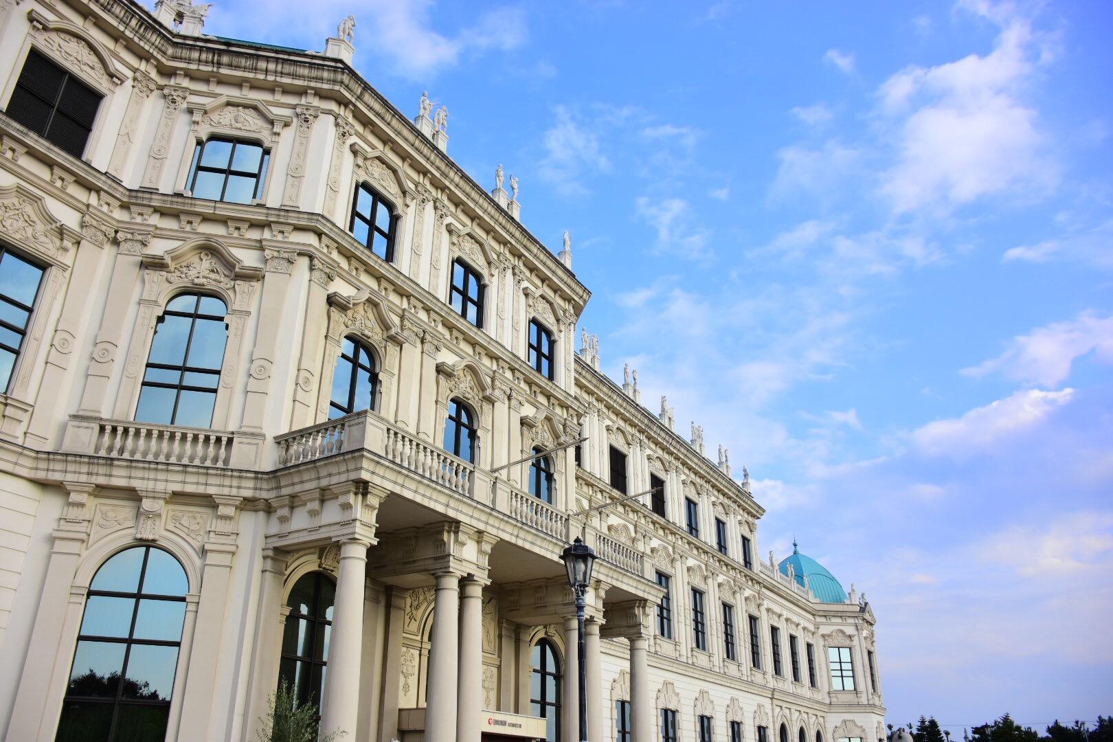 ウィーンにいる気分?!日本食研の宮殿工場